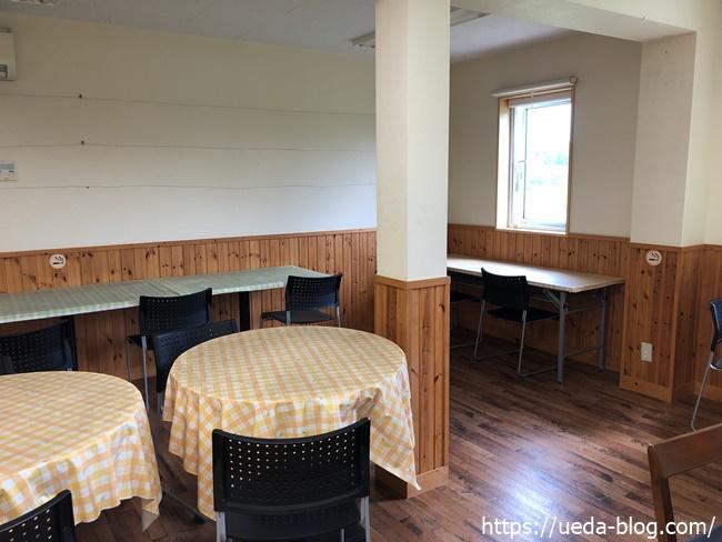 椅子とテーブルで休憩できるスペース