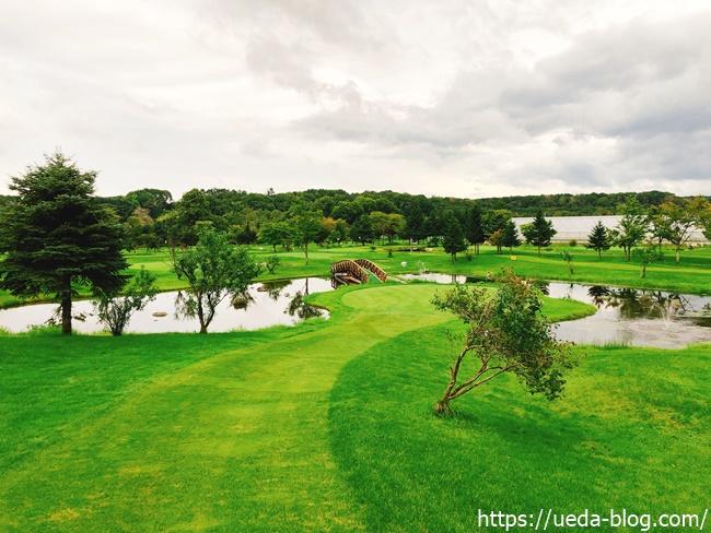 グリーンを囲う池