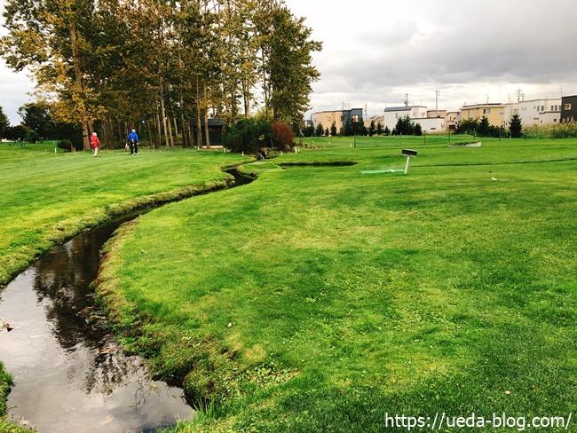 コースを大きく横切る池