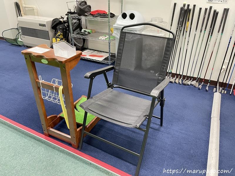 休憩用の椅子とテーブル