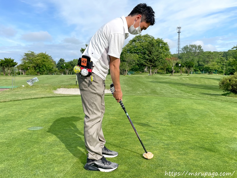 パークゴルフ パッティングではクラブを吊るすように構える
